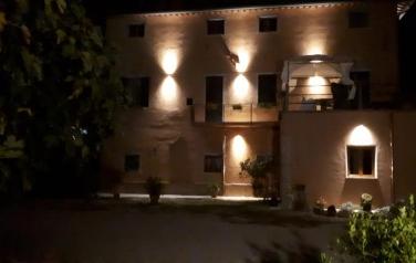 FARMHOUSE.JPG: il palazzo di notte